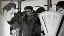 JANKOVICE, 1973. V akci Z byla v Jankovicích postavena také prodejna pohostinství a potravin Jednota, která byla slavnostně otevřena v roce 1973. Téměř až do konce jejího provozu ji vedl Vladimír Hlinský (na snímku) s manželkou.