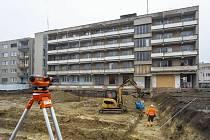 Přestavba posádkového domu na startovací byty. A stavba parkovacího domu.
