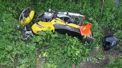 K dopravní nehodě vyjížděli policisté poslední dubnovou sobotu před jedenáctou dopoledne také mezi Nětčice a Rataje. Osmnáctiletá žena na motocyklu Kentoya tam nepřizpůsobila rychlost a v levotočivé zatáčce vyjela do příkopu,