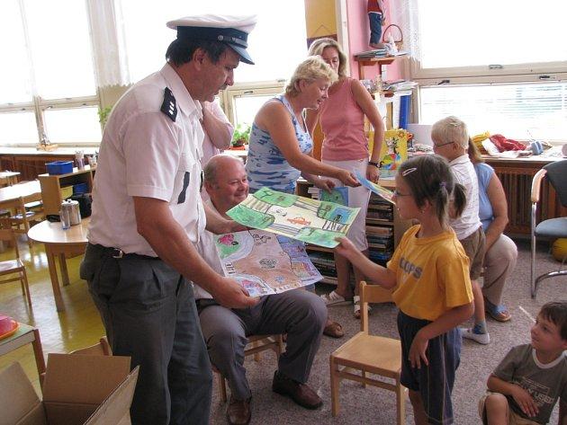 Aby děti nezapomínaly na to, jak důležité je se před cestou autem připoutat, dostaly od dopravního policisty Milana Kaliny gumového pásovce. Ony mu za to nakreslily několik obrázků.