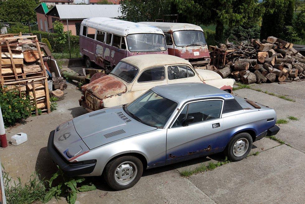 Automobily před renovací. Automobil Mercedes (větší dodávka) jezdila u Československé televize.