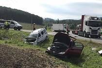 Dvě osobní auta a kamion dnes bourala na křižovatce ve Střílkách. Jedna žena nehodu nepřežila.