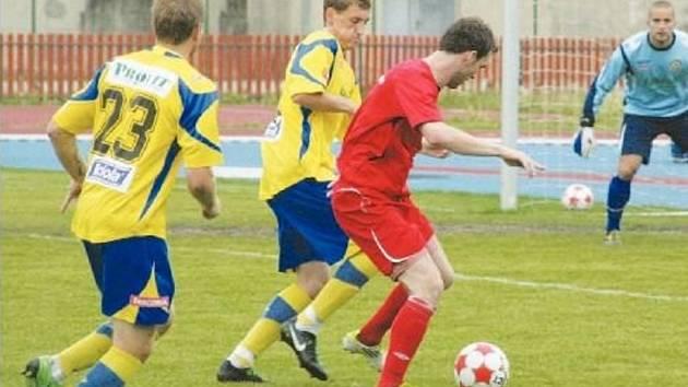 Fotbalisté Hulína (v červeném). Ilustrační foto