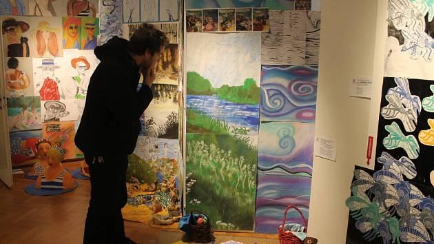 Dvanáctý ročník národní výstavy výrobků studentů základní umělecké školy v Kroměříži potrvá v Muzeu Kroměřížska ještě do druhého března. Letošní téma měli řeku.