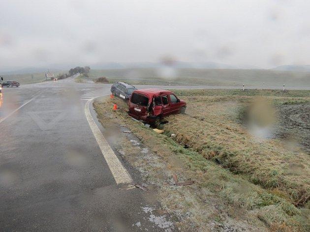 Ledovka způsobila problémy řidičům napříč regionem. Jedno zaut skončilo vpondělí vpříkopu například uStřílek.