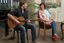První díl nového pořadu nazvaného U vínka s… představil v pátek 18. září herečku Simonu Babčákovou a hudebníka Vojtěcha Havelku.