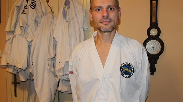 Lubomír Pliska je už roky farářem Náboženské obce Církve československé husitské v Kvasicích. Mimo jiné také učí tamní děti Taekwon-do.