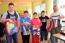 Zaměstnanci MKS Holešov a klienti Naděje se svými Nadějnými kabelkami