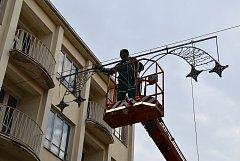 K otázce vánoční výzdoby se všechna města staví po svém. Třeba v Kroměříži letos vánoční osvětlení rozšířili i na průtah městem.