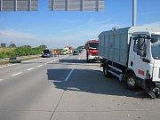 Nehoda osobního auta s náklaďákem se stala na D55 ve směru na Otrokovice.