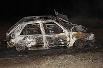 Požár v lese u Holešova zcela zničil osobní auto.