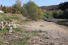 Současný stav vodní hladiny na rusavské přehradě je kritický.