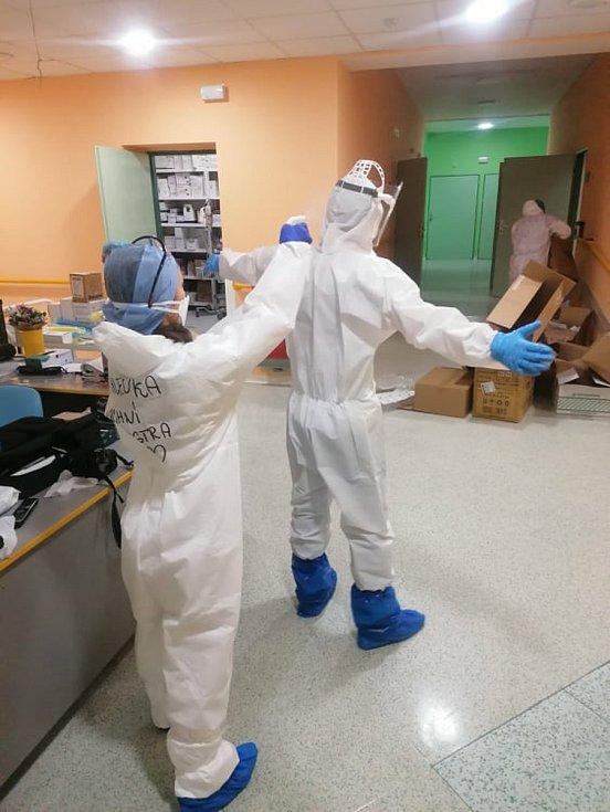 Ochranný oblek se vším všudy. Dvoje návleky, dvoje rukavice, respirátor, štít, bílý oblek. Desinfekce před odchodem z oddělení.