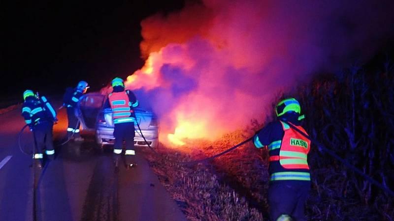 Ve Skašticích na Kroměřížsku začal za jízdy hořet vůz. Cestovaly v něm čtyři osoby