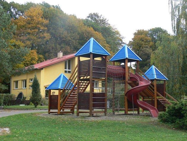 Sos vesnička ve Chvalčova obdžela sbírku oblečení a hraček pro tamní děti