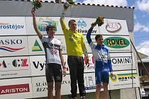 Ondřej Tkadlec (ve žlutém) na stupni vítězů.