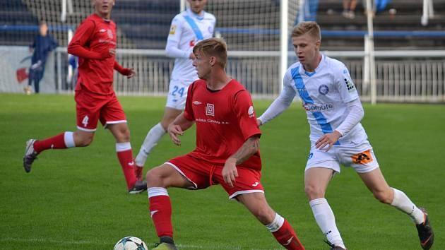 Fotbalisté Hulína (v červených dresech) prohráli ve Frýdku-Místku vysoko 1:5 a v tabulce MSFL klesli na poslední příčku.