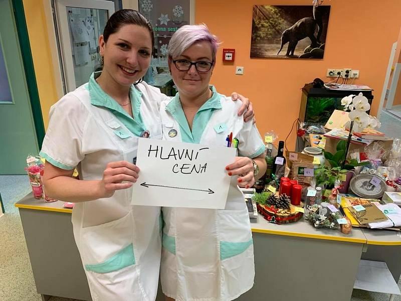 Zdravotní sestra Lenka Muchová (vlevo)