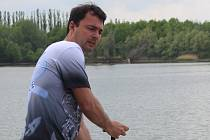Tomáš Kahaja jezdí závody na dračích lodích.