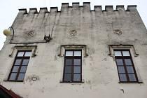 Žeranovický zámek se neopravoval téměř třicet let. Dnes budovu obecního úřadu, knihovny a kulturního dění sužují podmáčené zdi, oprýskaná fasáda a protékající střecha.