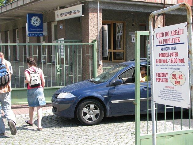 Jeden ze dvou vjezdů do kroměřížské nemocnice je na několik dní uzavřen. Zařízení chce totiž přejít na parkovací systém se závorami a platebním automatem.