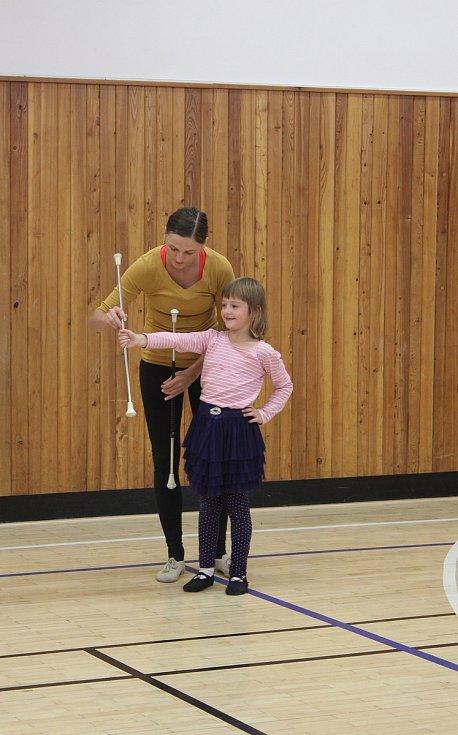 Některé z kroměřížských Mažoretek Lexy držely hůlku nedávno poprvé v životě, už na konci září však začnou s trénováním soutěžní choreografie.