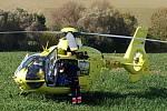U Prusinovic se střetlo auto s motocyklem, zraněného motorkáře dopravil do nemocnice vrtulník.