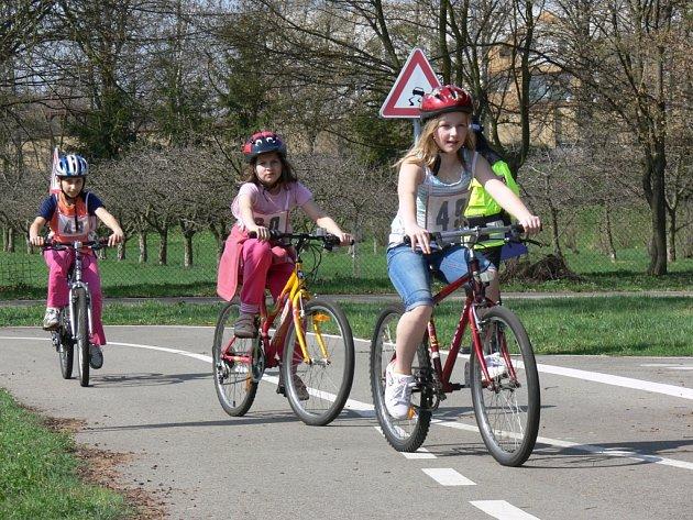Žáci 4.B z Morkovic navštívili ve čtvrtek 18. dubna dopoledne kroměřížské dopravní hřiště. Nyní už všichni vlastní průkaz cyklisty.