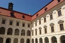 Střecha a fasáda na nádvoří zámku Holešov jsou hotové, zbývá už jen položit dlažbu