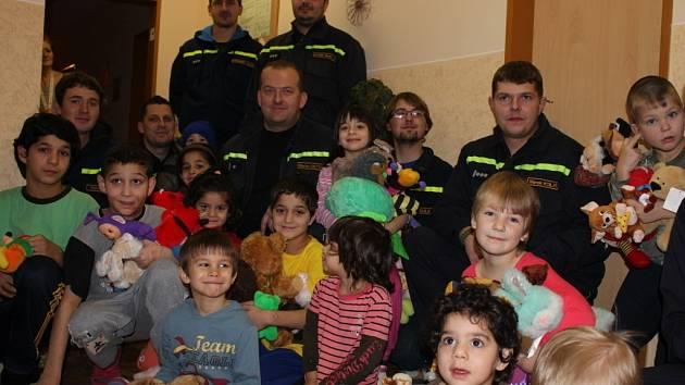 Dobrovolní hasiči z Morkovic se rozhodli v sobotu udělat radost dětem v Kroměřížském Klokánku. Přinesli jim plné pytle hraček. Děti měly z plyšáků velkou radost.