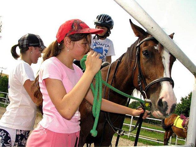V Hipocentru Koryčany probíhají přes celé léto prázdninové táborové turnusy, ve kterých se dětí učí hlavně jezdit na koni.