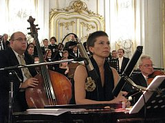 V neděli 4. října 2009 se ve Sněmovním sále Arcibiskupského zámku Kroměříž konal koncert Zuzany Lapčíkové. Na programu bylo Komenského dílo Orbis Pictus zhudebněné Zuzanou Lapčíkovou v podání zlínské Filharmonie B. Martinů.