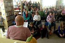 Na autorské čtení Arnošta Goldflama do hulínské knihovny přišly děti ze čtvrtých tříd tamní základní školy.