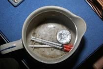 Policisté při domovní prohlídce v Kojetíně zabavili nástroje k výrobě pervitinu, injekční stříkačky i takzvaná psaníčka.