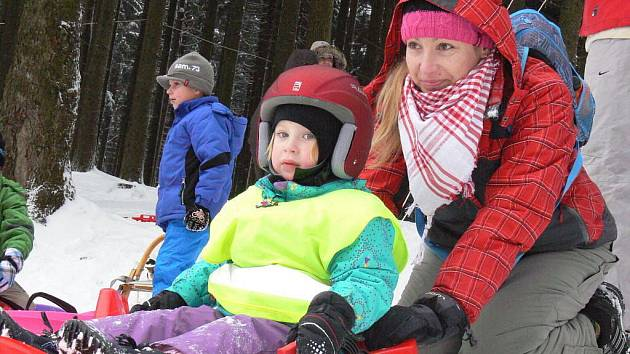 Počasí o víkendu přálo milovníkům zimních sportů. Na Tesák a Troják proto o víkendu mířily davy lidí.