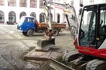 Na nádvoří holešovského zámku provedli archeologové rozsáhlý výzkum. Zachována a vyčištěna bude objevená barokní studna v levé části nádvoří.