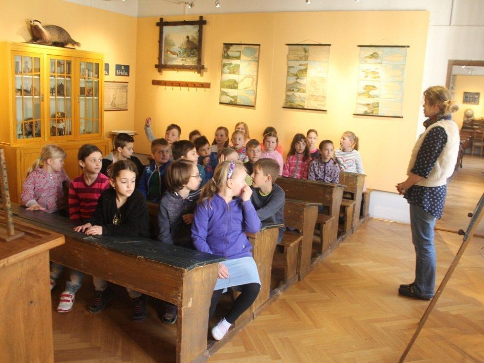 Interaktivní výstava, která nahlíží do historie školství a učeben, probíhá v Muzeu Kroměřížska až do 12. června. Děti si navíc mohou pomůcky i samy vyzkoušet.