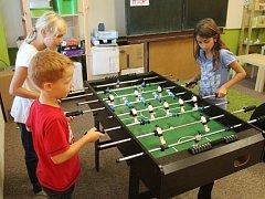 Holešovské TyMy zahájilo sezónu: ve Smetanových sadech v klubu mohou děti trávit odpoledne při čekání na autobus či rodiče, hrát mohou například ping pong či stolní fotbálek a další.