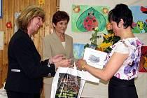 V kroměřížské Základní škole Komenského ve středu 26. května 2010 slavnostně podepsali certifikát, který je opravňuje používat statut Bezpečná škola.
