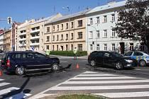 Při srážce dvou osobních aut na Husově náměstí v Kroměříži utrpěly v neděli 7.8. lehčí zranění dvě děti.