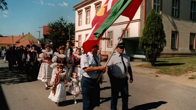 2000. Po sto letech od vybudování dominanty obce Cyrilo-Metodějský kostela byl vjubilejním roce 2000 Obci Zlobice udělen Vládou ČR znak a prapor.