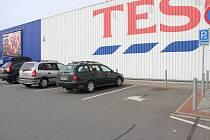 Holešovské Tesco vyhradilo pět širokých míst pro rodiče s dětmi, neprávem je však využívají i řidiči bez dětí. Často se tak stane, že jsou všechna místa zaplněná jen díky nim.