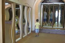 Zrcadlové bludiště na Velkém Náměstí v Kroměříži pobaví nejenom děti, ale i dospělé.