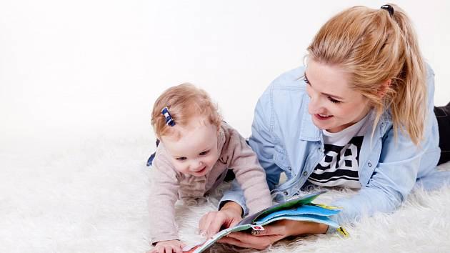 Čtení rodičů s dětmi. Ilustrační foto.