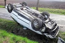 Na silnici mezi Kostelcem u Holešova a Roštěním havaroval na Velikonoční pondělí řidič Volkswagenu Passat.