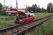 Havarované auto stálo v úterý 11.8. večer v Bystřici pod Hostýnem jen pár centimetrů od kolejí: odtáhnout jej museli hasiči, protože profilem zasahovalo do kolejiště. Vlaky kvůli tomu nabraly zpoždění.