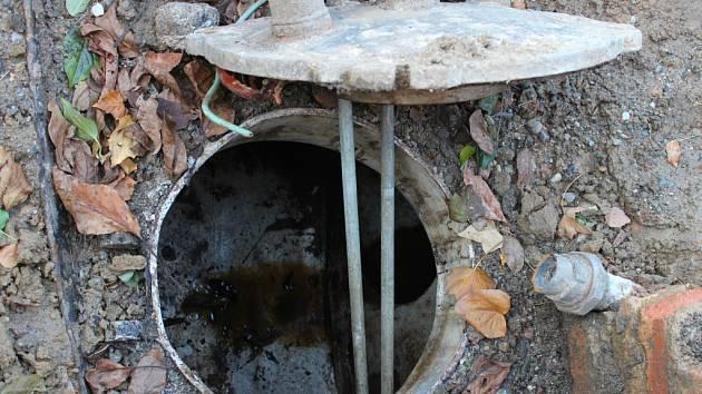 Do studny s pitnou vodou začala vtékat nafta ze zřejmě desítky let staré zakopané nádrži v zemi před jejich sousedním domem.
