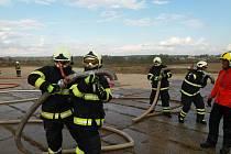 Dobrovolní hasiči cvičili útok na polním letišti v Morkovicích-Slížanech.