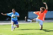 Hráči vedoucích Rajnochovic (v modrém) si odvezli z Morkovic bod.