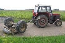 Nehodu na železničním přejezdu řidič traktoru jakoby zázrakem přežil.